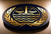 Эмблема Международного трибунала по морскому праву. Фото EPA/CHRISTIAN CHARISIUS