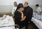Северная Осетия, Беслан. 4 сентября 2004 года. Президент РФ Владимир Путин во время посещения больницы, где находятся пострадавшие в результате захвата террористами бесланской школы