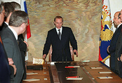 Премьер-министр Владимир Путин на заседании Совета Безопасности в Кремле 31 декабря 1999 года, после телевизионного выступления президента Бориса Ельцина, где он объявил, что уходит в отставку за шесть месяцев до окончания срока его полномочий