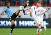 Марат Измайлов (справа) во время товарищеского матча между сборными России и Уругвая