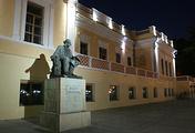 Здание картинной галерея имени И. К. Айвазовского и памятник художнику-маринисту в городе Феодосия