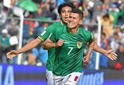 Игрок сборной Боливии Хуан Карлос Арсе (№7) после забитого гола в ворота аргентинцев