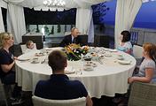 Владимир Путин (в центре на дальнем плане) во время встречи с семьей жительницы Ижевска Анастасии Вотинцевой