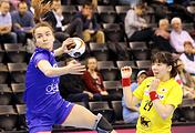 Гандболистка сборной России Анна Вяхирева (слева) в матче группового этапа ЧМ против команды Японии