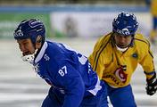 Нападающий сборной Финляндии по хоккею с мячом Микко Луккарила (слева)