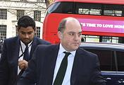 Замглавы МВД Великобритании по вопросам безопасности Бен Уоллес (справа)