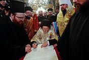 Патриарх Константинопольский Варфоломей (в центре)