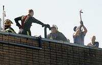 """Спасатели на крыше складского здания компании """"Печатный Экспресс"""", где произошел пожар. По предварительным данным, причиной пожара на складе стало короткое замыкание в электрооборудовании"""