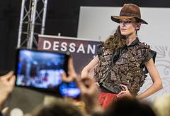 Участница дефиле в шоколадных платьях на Пятом российском Салоне шоколада в 2016 году
