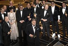 """Гильермо дель Торо с актерами и членами съемочной группы фильма """"Форма воды"""""""