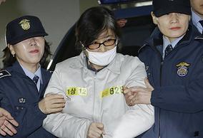 Подруга бывшего президента Южной Кореи Пак Кын Хе Чхве Сун Силь (в центре)