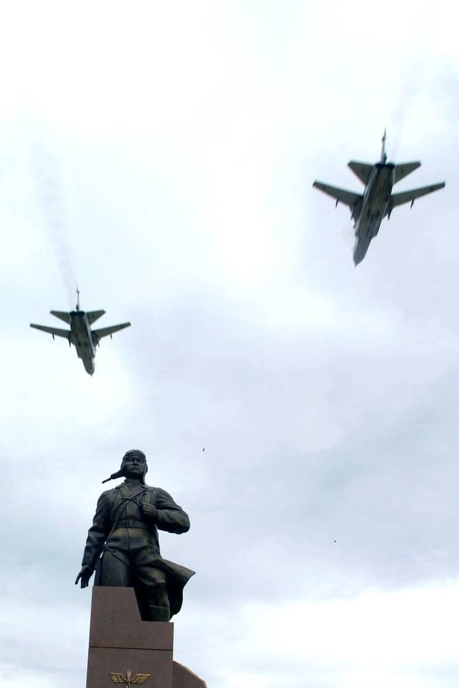 Памятник Герою Алексею Мересьеву