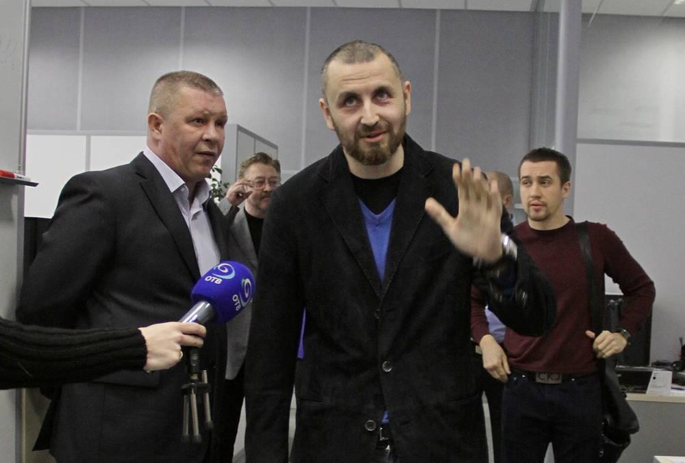 Боксер Родион Пастух (в центре) и организатор боя Алексей Титов (справа)