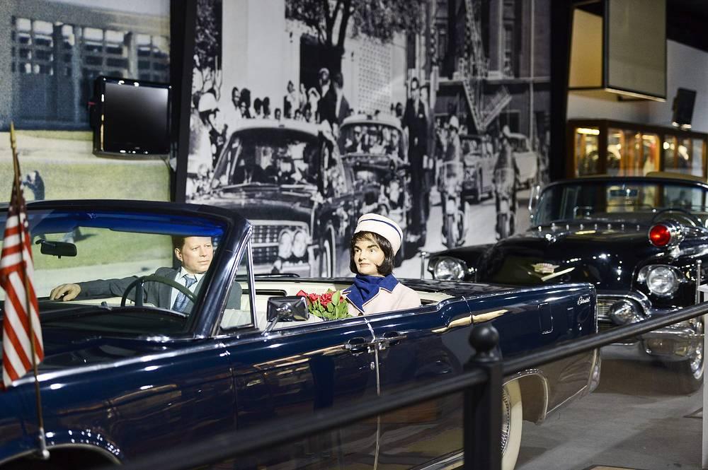 Реконструкция  автокортежа  Джона Кеннеди во время выставки в музее Historic Auto, 22 ноября 2013