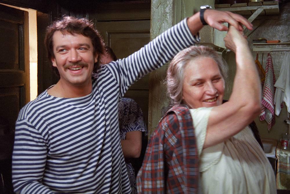 """Кадр из фильма """"Мама"""" режиссера Дениса Евстигнеева. 1999 год"""