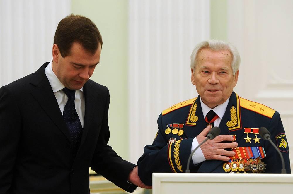 2009 г. Москва. Михаил Калашников с президентом России Дмитрием Медведевым во время торжеств в честь своего 90-летия в Кремле.