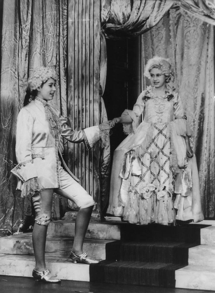 Королева Елизавета II и принцесса Маргарет, 1 февраля 1944 года