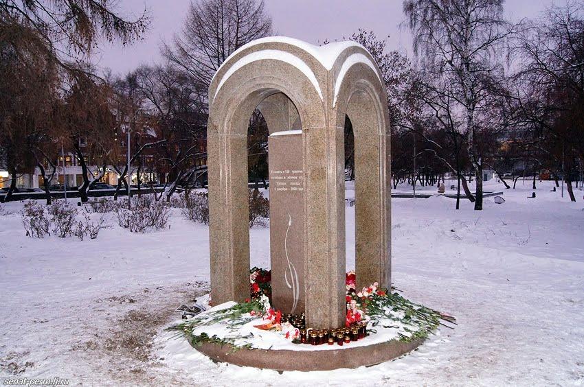 """Памятник жертвам пожара в """"Хромой лошади"""""""