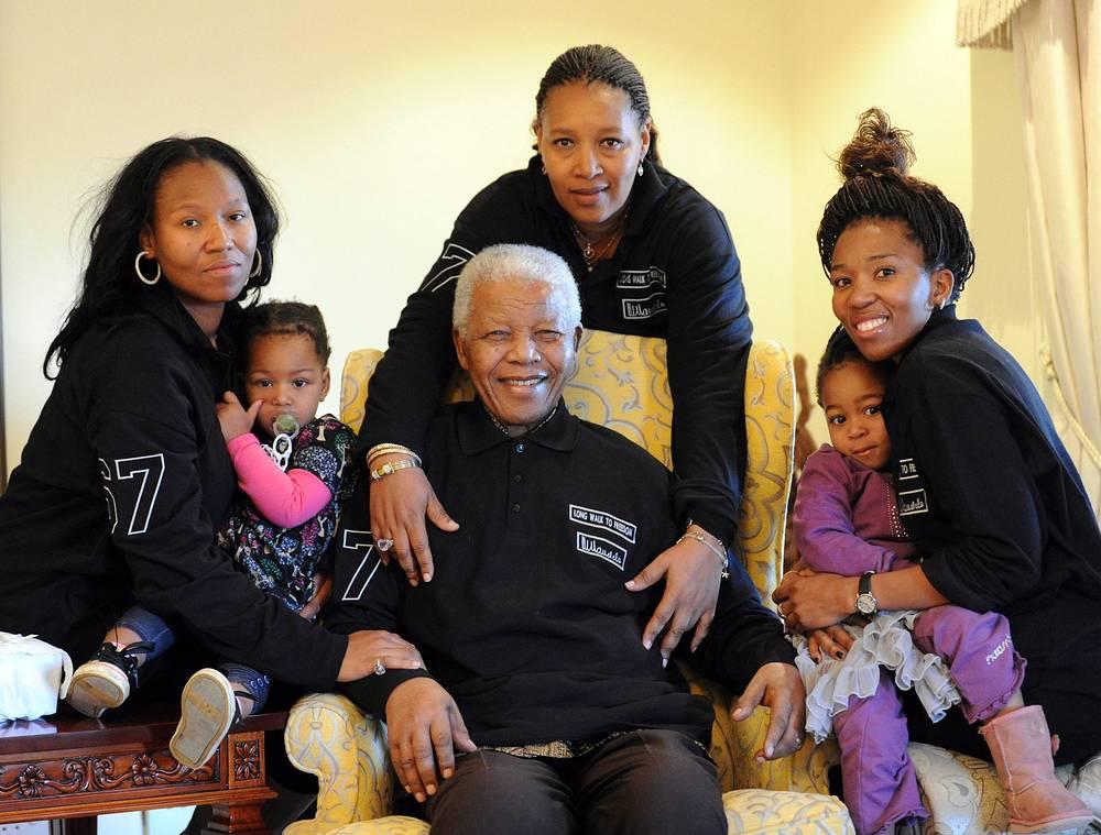 Нельсон Мандела (в центре) в своем доме с семьей, 2011 г.