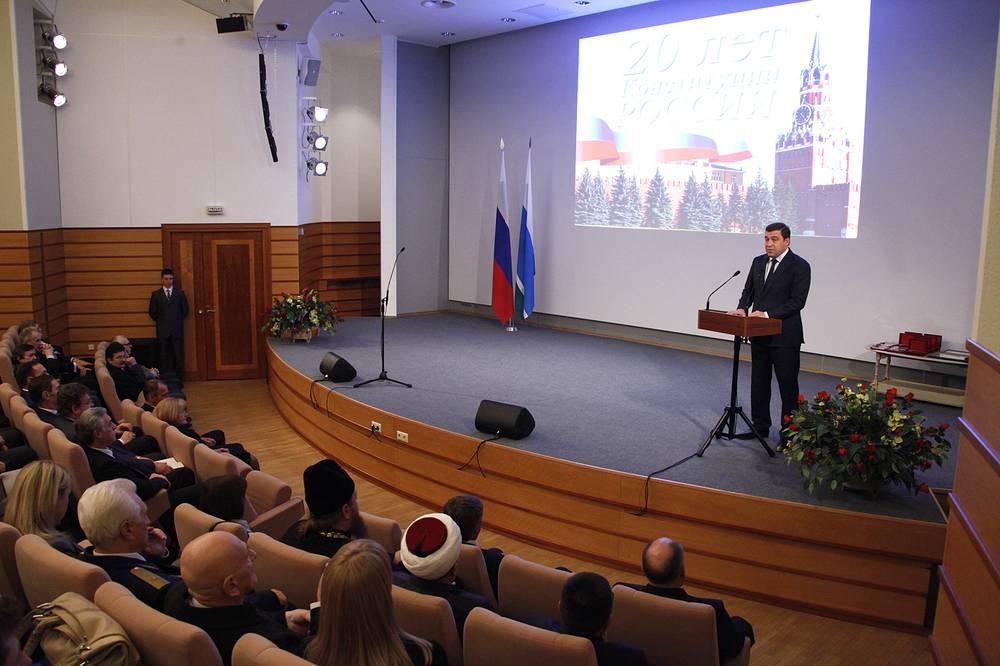Губернатор Свердловской области Евгений Куйвашев во время церемонии награждения медалями за спасение погибавших
