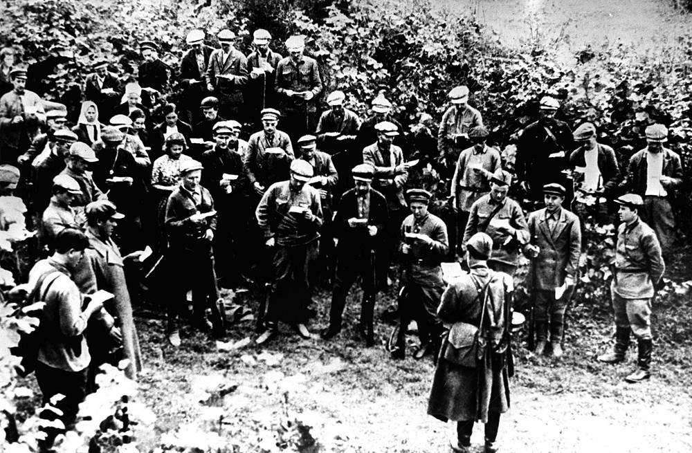 Партизаны дают клятву беспощадно уничтожать фашистских поработителей. 1941 г.