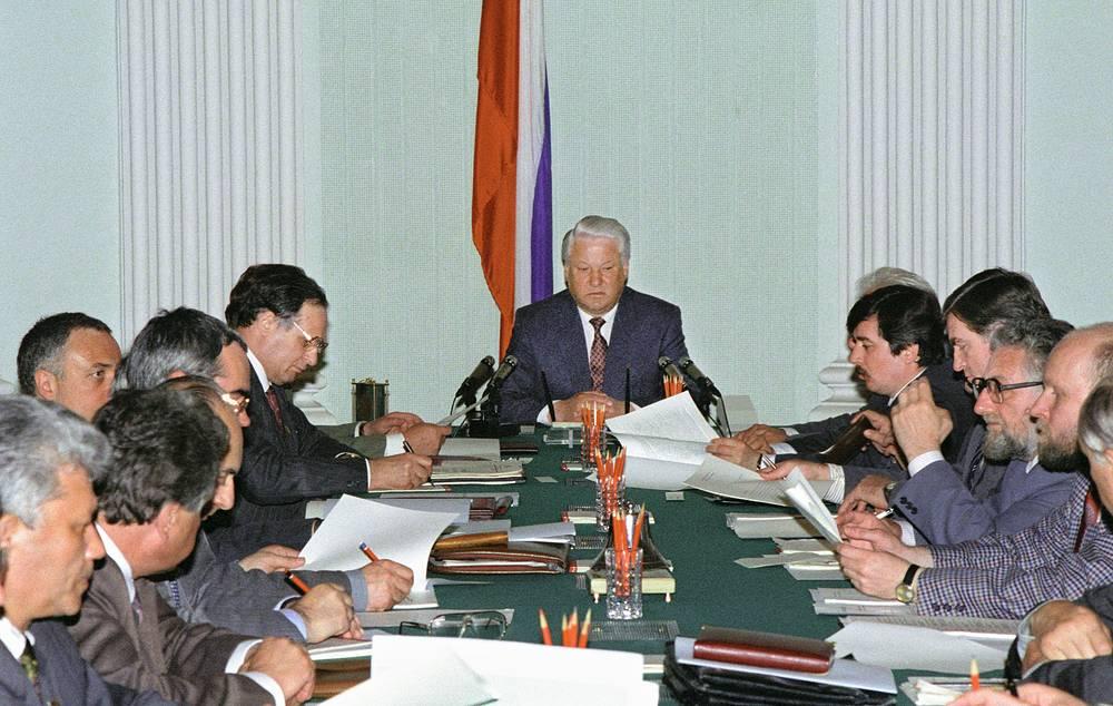 Президент РФ Борис Ельцин (в центре) во время работы комиссии по разработке проекта новой Конституции РФ