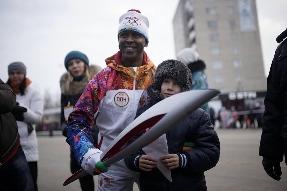 Врач-онколог из Кении Мартин Адамс Халане во время эстафеты Олимпийского огня в Каменске-Уральском