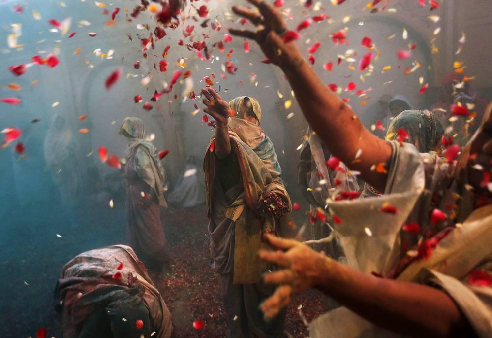 """Фестиваль Холи, известный как """"фестиваль красок"""", в индийском городе Вриндаван. Праздник символизирует наступление весны. 27 марта 2013 года"""