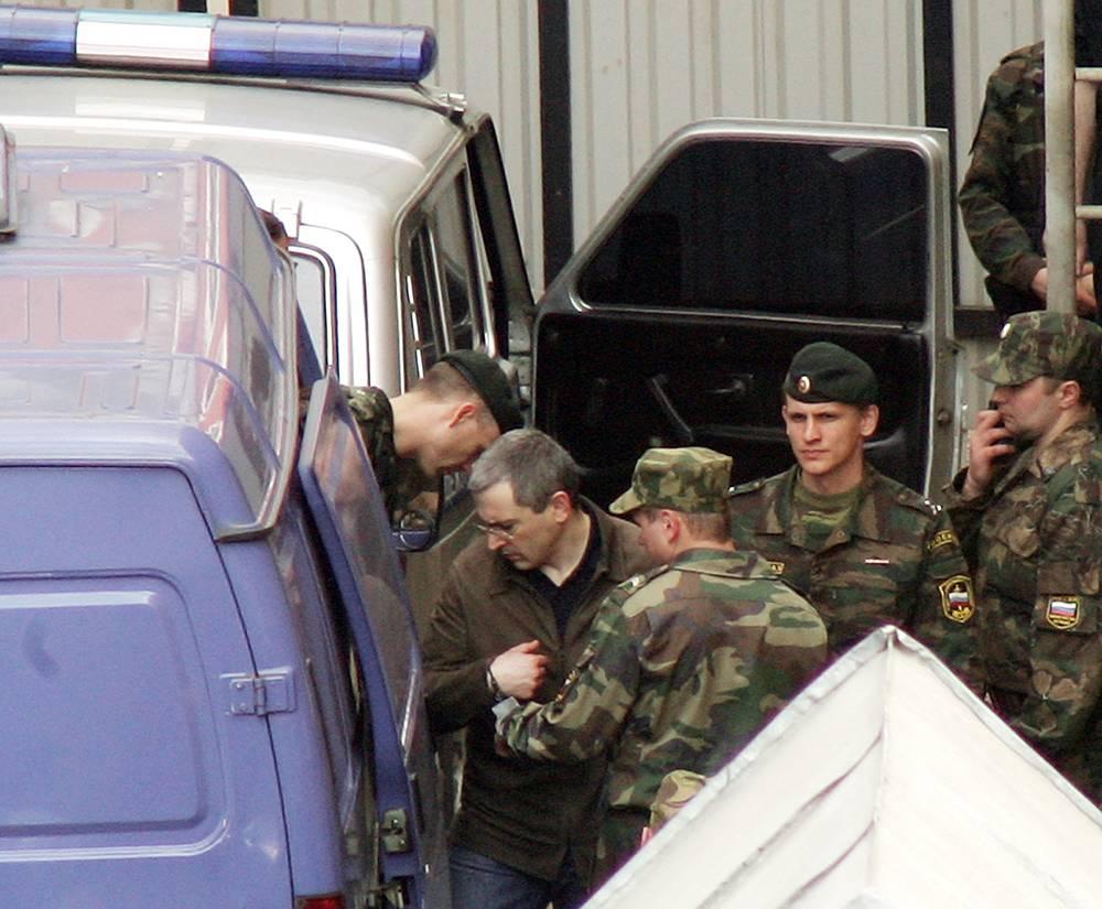 """Май 2005. Экс-глава """"ЮКОСа"""" Михаил Ходорковский после оглашения приговора по делу Ходорковского, Лебедева и Крайнова, которое второй день продолжается в Мещанском суде."""