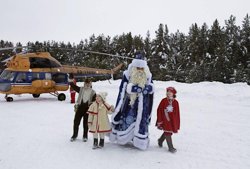 Дед Мороз в своей сказочной резиденции, расположенной в лесу в 15 км от Великого Устюга, 2004 год