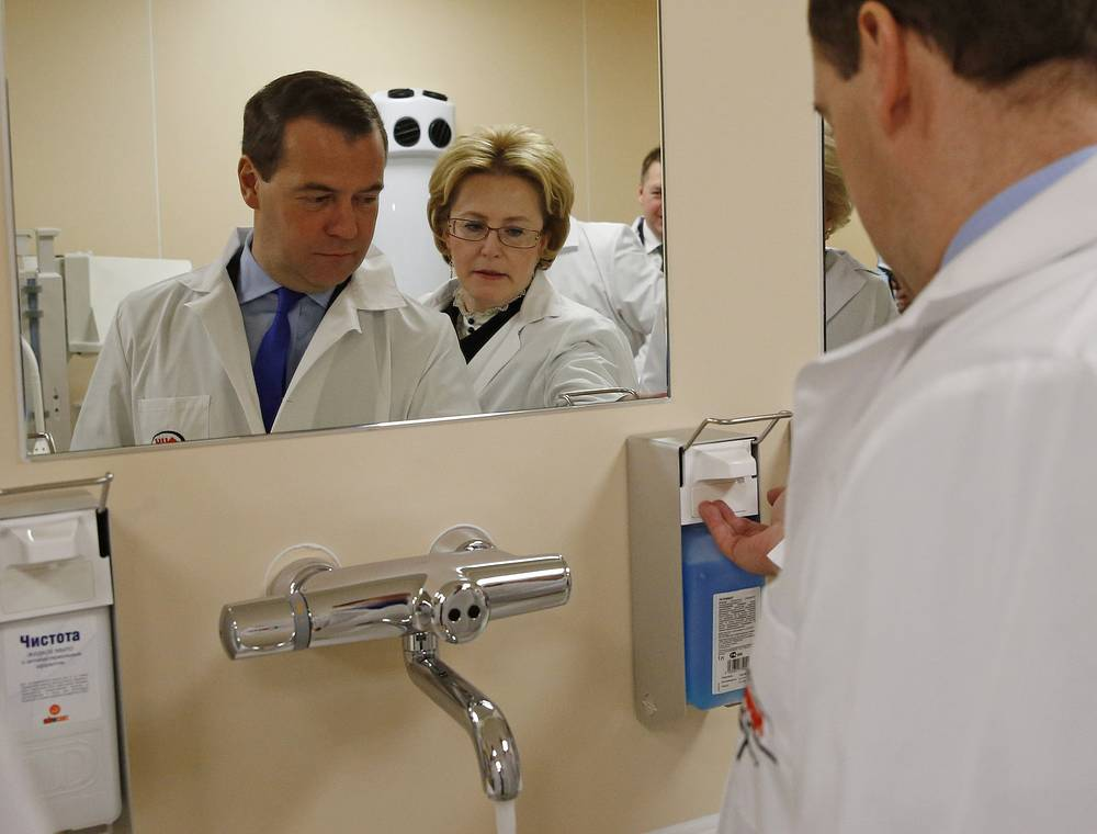 Премьер-министр РФ Дмитрий Медведев и министр здравоохранения РФ Вероника Скворцова во время посещения Федерального центра нейрохирургии