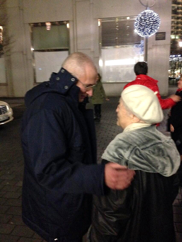 """Михаил Ходорковский с матерью Мариной Ходорковской возле отеля """"Адлон"""" в Берлине"""
