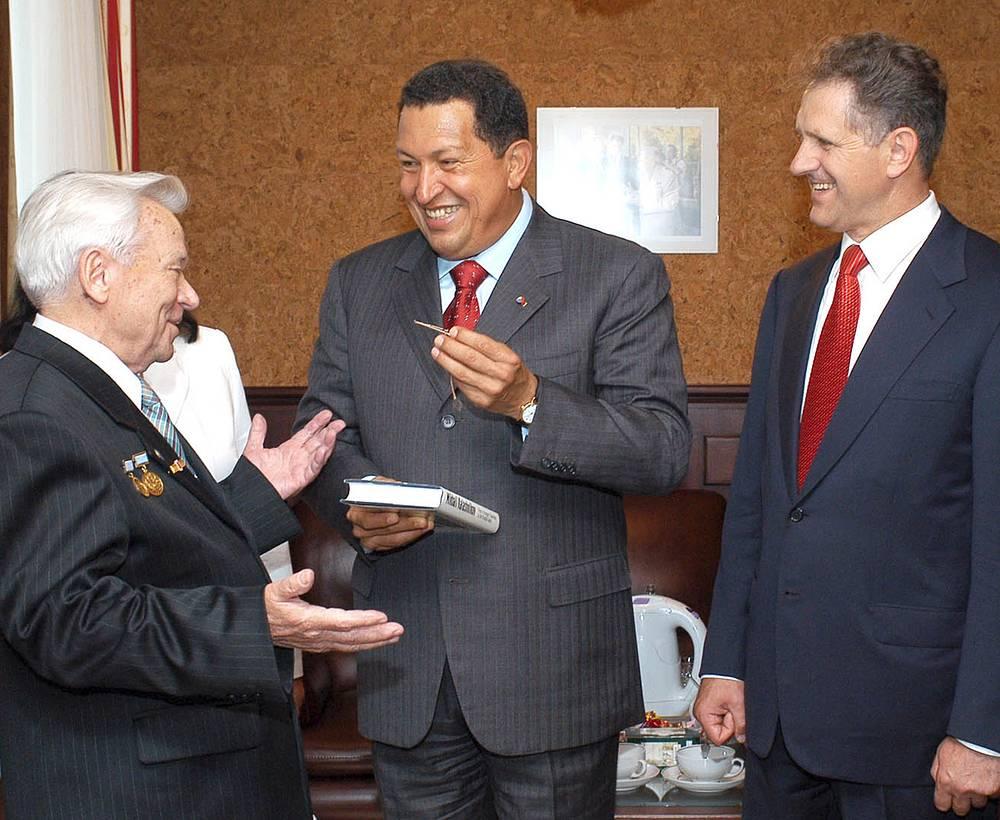 2006 г. Конструктор Михаил Калашников, президент Венесуэлы Уго Чавес и президент Удмуртии Александр Волков.