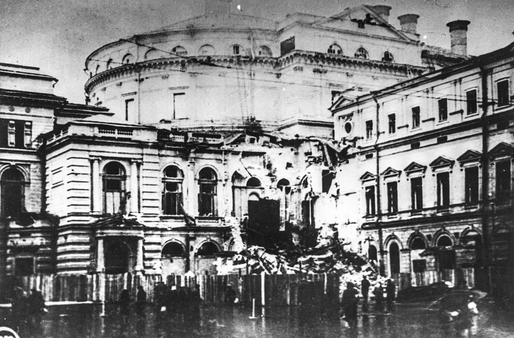 Здание театра оперы и  балета С.М.Кирова после бомбежки