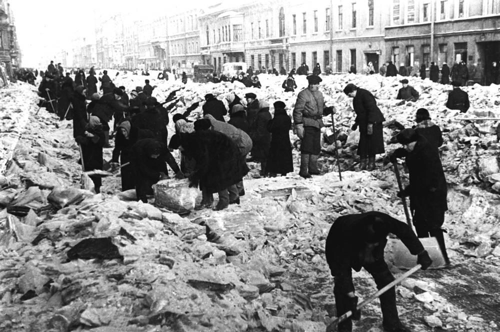Жители города расчищают снег на Невском проспекте.
