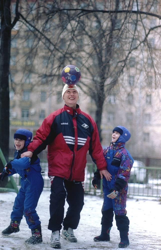 Илья Цымбаларь с сыновьями. 1995