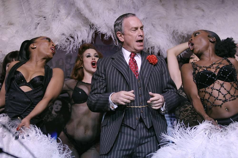 """Майкл Блумберг поет в мюзикле """"Чикаго"""""""