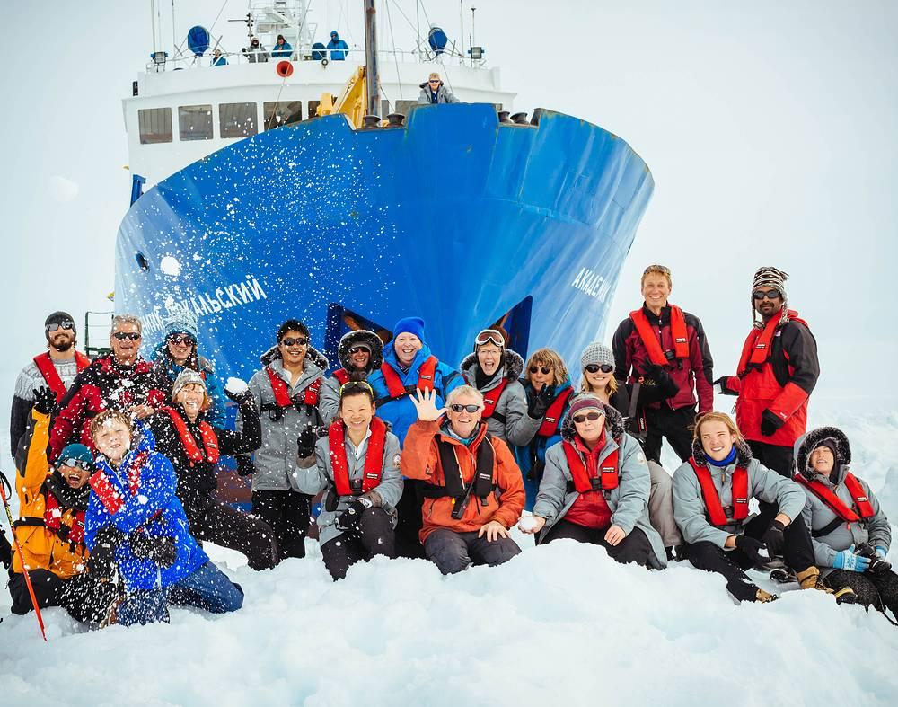 """Участники австралийской антарктической экспедиции возле судна """"Академик Шокальский"""""""