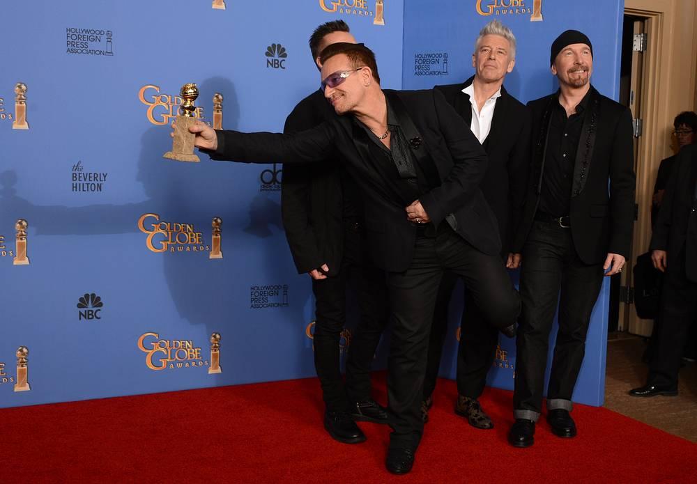 """Боно, Ларри Маллен-младший, Адам Клейтон и Эдж (слева направо) из U2 с наградой за лучшую оригинальную песню """"Ordinary Love"""" из фильма """"Мандела: Долгий путь к свободе"""""""