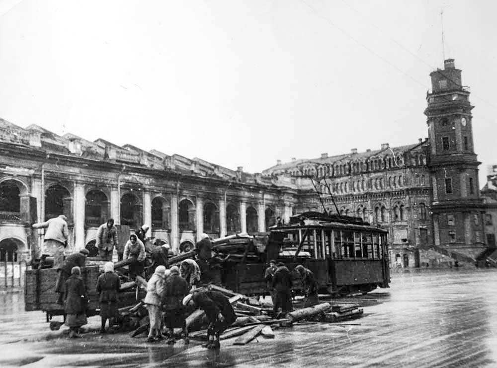 Разгрузка дров у Гостиного двора. 1942 г.