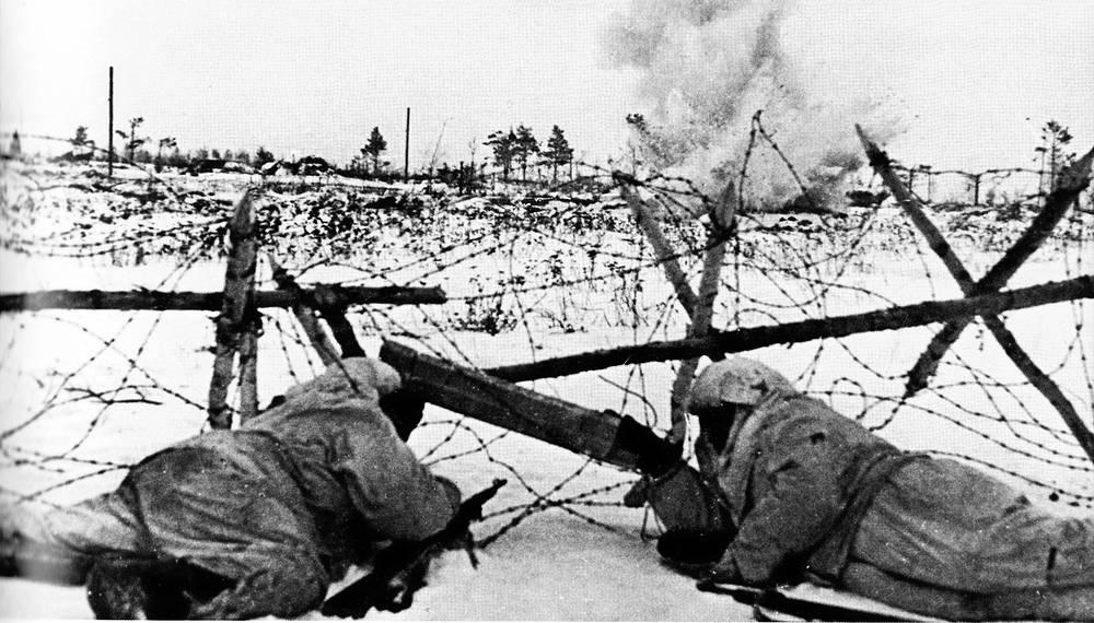 Разведчики Ленинградского фронта во время боя у проволочных заграждений. Фотография сделана во время первого дня операции по прорыву блокады Ленинграда (операция «Искра») 1943 г.