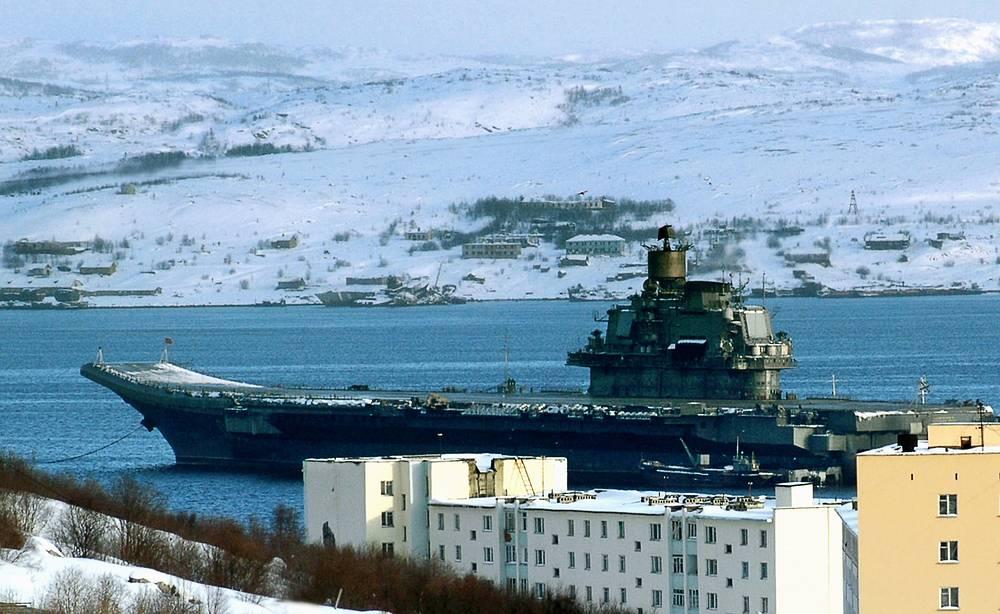 вианосец «Адмирал Кузнецов» после профилактического ремонта занял свое место на рейде Североморска для предстоящих учений в Баренцевом море. 21 марта 2005 г.