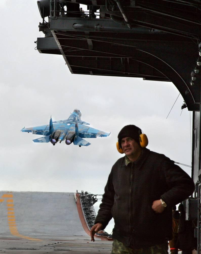 """Крейсер """"Адмирал Кузнецов"""" во время учений в Североморске. 2 сентября 2005 г."""