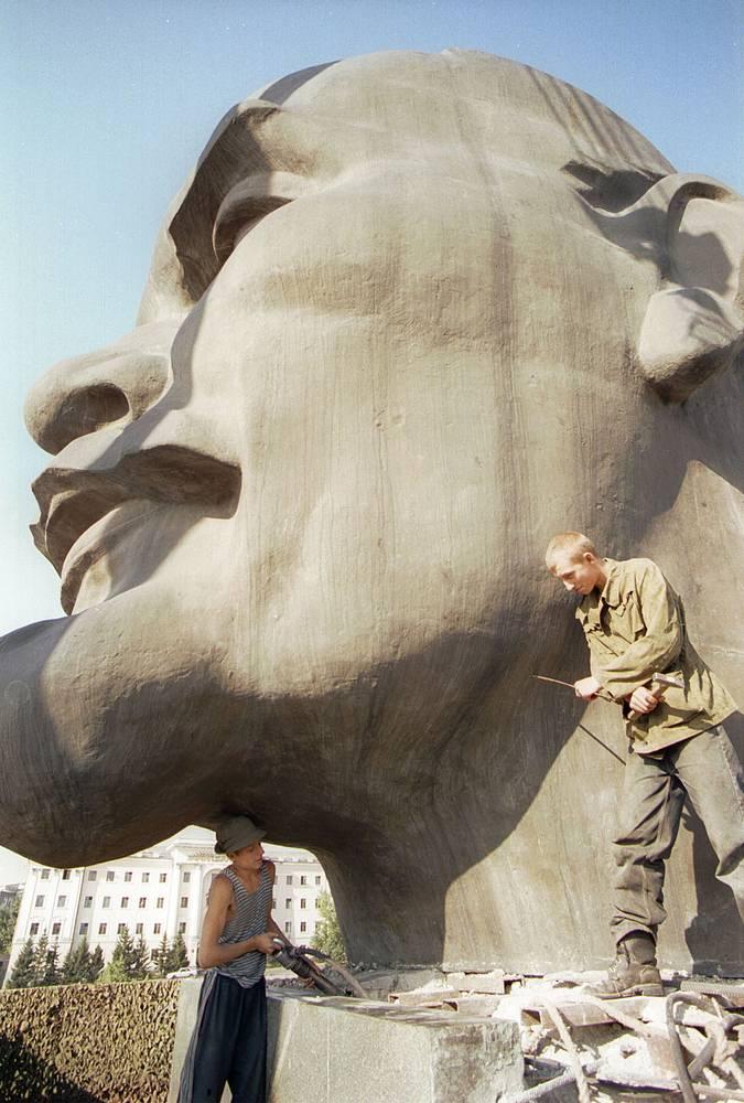Ремонт памятника Ленину в Улан-Удэ.