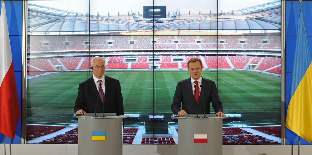 В 2012 году на территории Украины и Польши прошел чемпионат Европы по футболу. На фото: премьер-министры двух стран Николай Азаров и Дональд Туск обсудили вопросы подготовки к Евро-2012
