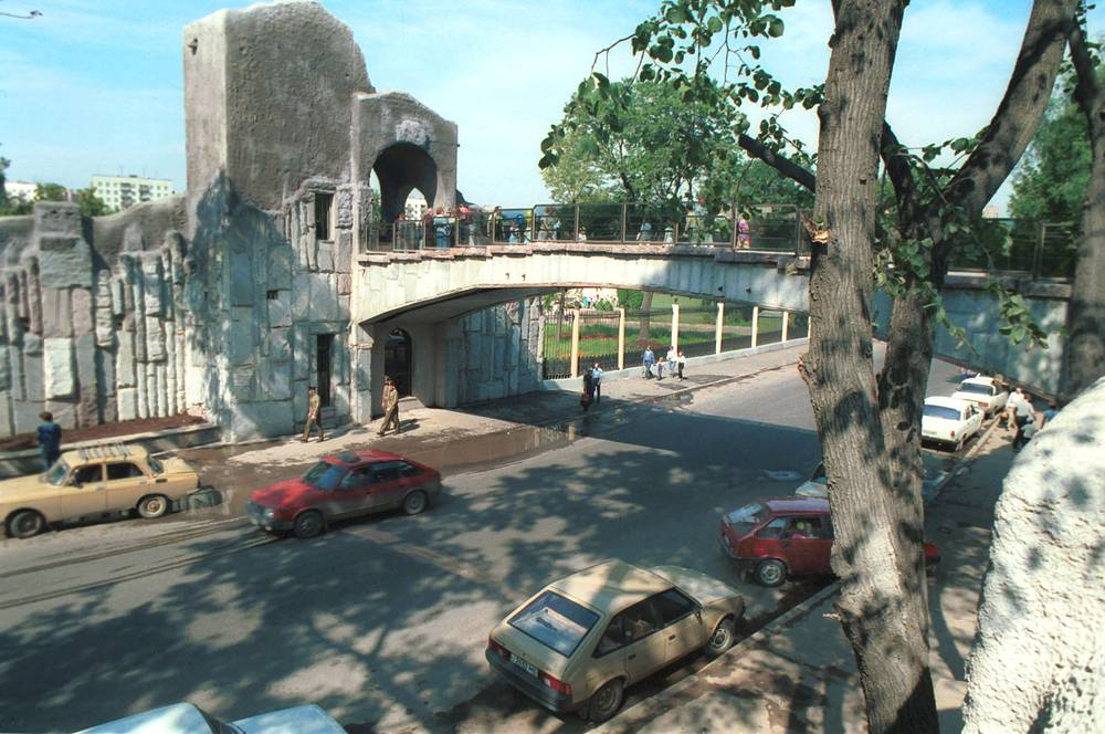 Пешеходный мост между старой и новой территориями зоопарка