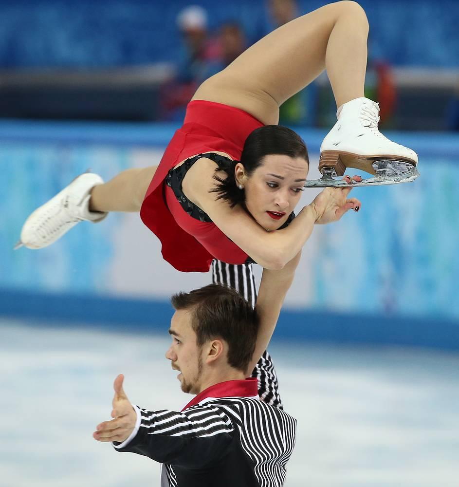 Ксения Столбова и Федор Климов во время выступления в произвольной программе парного катания командных соревнований по фигурному катанию