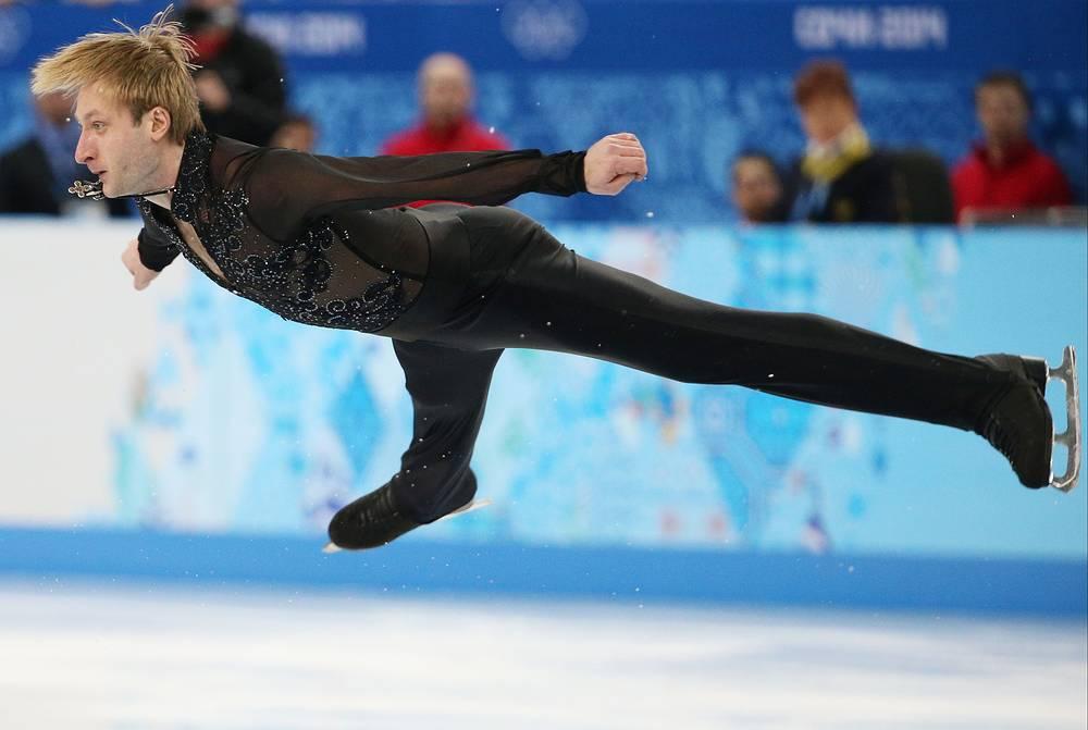 Евгений Плющенко во время выступления с произвольной программой в командных соревнованиях по фигурному катанию