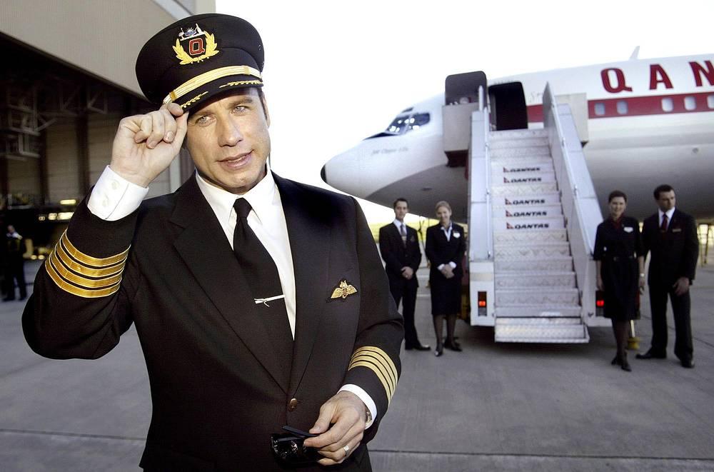 Актер является большим поклонником авиации. Он имеет лицензию пилота и несколько тысяч часов налёта, владеет несколькими самолетами
