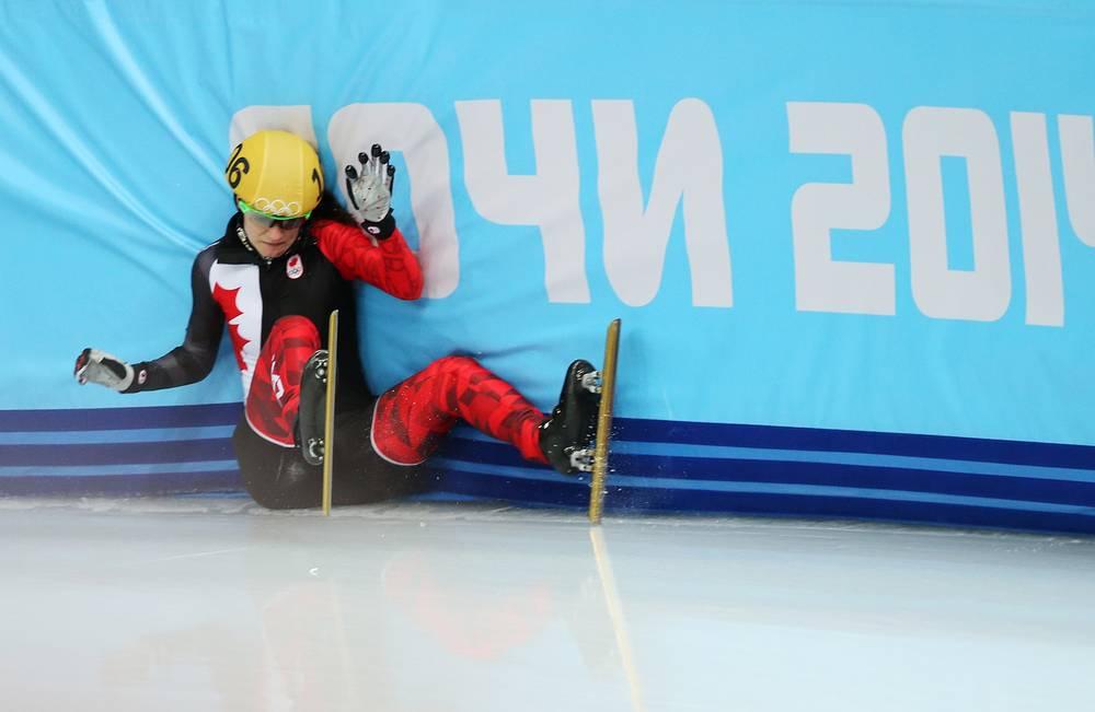 Канадка Джессика Хьюитт врезается в борт в четвертьфинальном забеге на 500 м